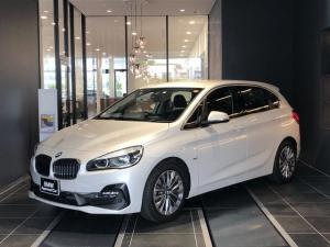 BMW 2シリーズ 218dアクティブツアラー ラグジュアリー インテリジェントセーフティー マルチファンクションステアリング ブラックレザーパワーシート オートトランク シートヒーター ウッドトリム アンビエントライト コンフォートアクセス バックカメラ