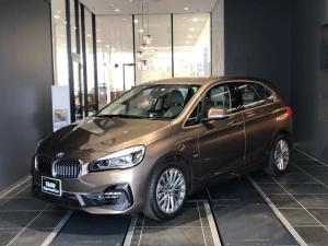 BMW 2シリーズ 218iアクティブツアラー ラグジュアリー 17インチアルミホイール インテリジェントセーフティー コンフォートアクセス オートゲート クルーズコントロール マルチファンクションステアリング ウッドトリム 白革パワーシート シートヒーター