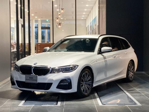 BMW 3シリーズ 320d xDriveツーリングMスポツEDジョイ+ LED インテリジェントセーフティー 全周囲カメラ パーキングアシスト 後退アシスト 電動リアゲート オートホールド ワイヤレス充電 LED マルチファンクションステアリング ACC