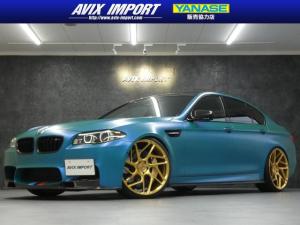 BMW M5 M5 マジョーラブルーラッピング ヴォルシュタイナ&3Dデザインカーボンエアロ AKRAPOVIC4本出 VOSSEN22AW カーボンブレーキ KW車高調Ver.3 ディスプレイ付ステ h/k 禁煙 黒革