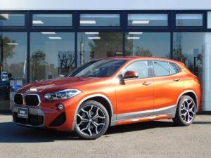 BMW X2 sDrive 18i MスポーツX 黒ハーフレザーシート19インチアルミホイールLED弊社デモカー前後センサーシートヒーターパドルシフト前車追従クルコンヘッドアップディスプレイUSBオートトランクBカメラ