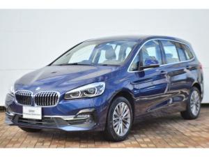 BMW 2シリーズ 218dグランツアラー ラグジュアリー 正規認定中古車・パークアシスタンス・ドライバー・アシストプラス・ヘッドアップディスプレイ・電動リアゲート・アクティブクルーズコントロール・電動シート・バックカメラ・ウッドパネル・ワンオーナー