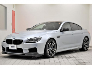 BMW M6 グランクーペ カーボンインテリアトリム 黒革シート シートH 純正20AW カーボンフロント&リアスポイラーHUD ソフトクローズドア カーボンルーフ アルカンターラルーフライナーLEDライト コンフォートアクセス