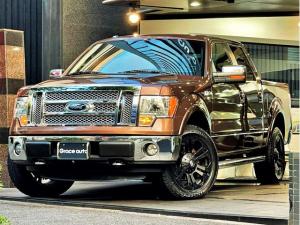 フォード F-150 ラリアット 新車並行 GIBSONマフラー XD20インチ MTタイヤ・SNUGTOPトノカバー・サイドSTEP・大型ナビ・TV・前横後カメラ・後席モニター×2・ミラーモニター・Bluetooth・ベンチシート・6人乗り・電動背面ガラス・シートヒーター・実走行