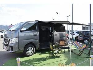 日産 NV350キャラバンバン ロングプレミアムGXターボ 登録済未使用車 ユーアイ車中泊パック ベットキット 防虫ネット 遮光パッド 3Dマット エンジンカバー シートカバー ハンガーレール カーゴマット FIAMMAサイドオーニング BIG-X11ナビ