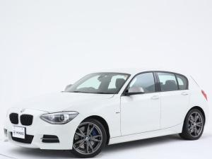 BMW 1シリーズ M135i パーキングサポート/衝突軽減ブレーキ/禁煙/専用ドアシルプレート/専用エンジンカバー/マルチファンクションMスポーツレザーステアリングホイール
